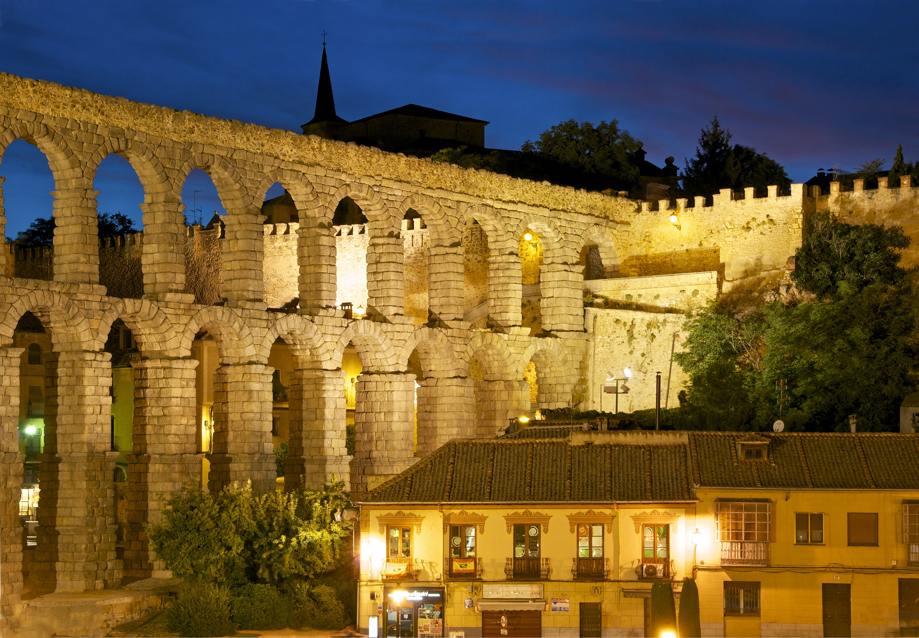 Aqueduct_city_wall_Segovia_night